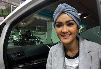 FOTO: Berangkat Umrah, Julia Perez Tampil Cantik Kenakan Hijab