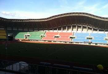 Jelang Timnas Indonesia U-22 vs Persija, Ribuan Suporter dan Atribut Mulai Penuhi Tribun Stadion Patriot
