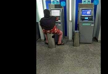 Kocak, Betahnya Ibu Ini Mainkan Mesin ATM
